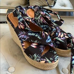 Charlotte Russe Cute tropical  tie up wedges 🌺